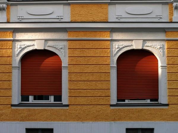 Fenster mit geschlossenen Jalousien
