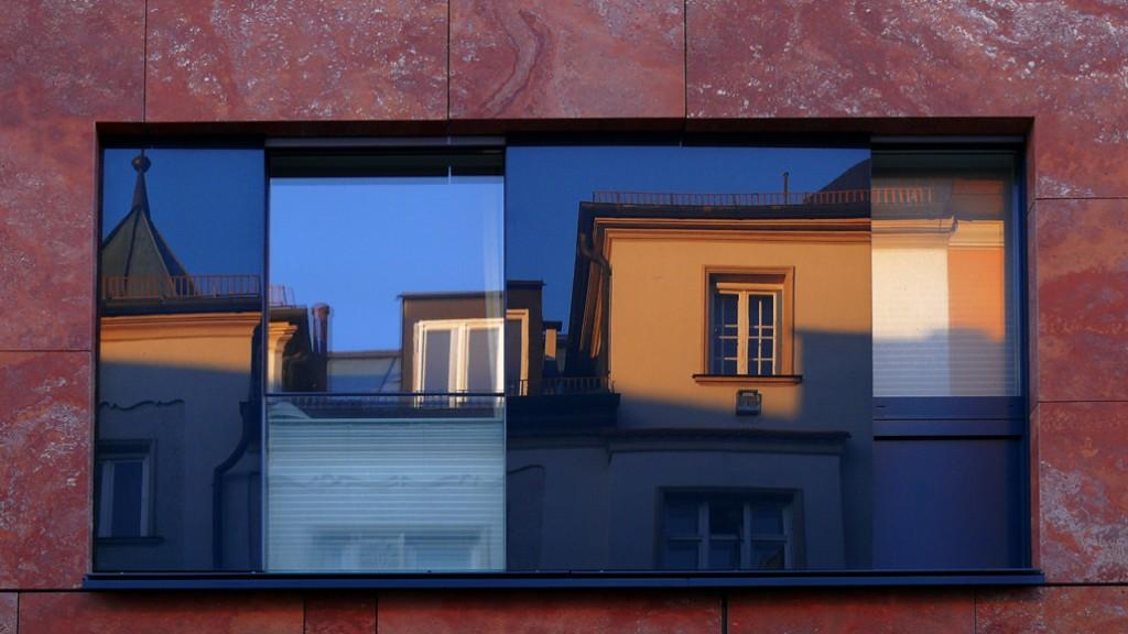 Fenster mit Spiegelung in der Siegesstrasse, Schwabing