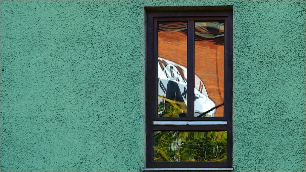 Fenster spiegelt Kirchturmuhr 1