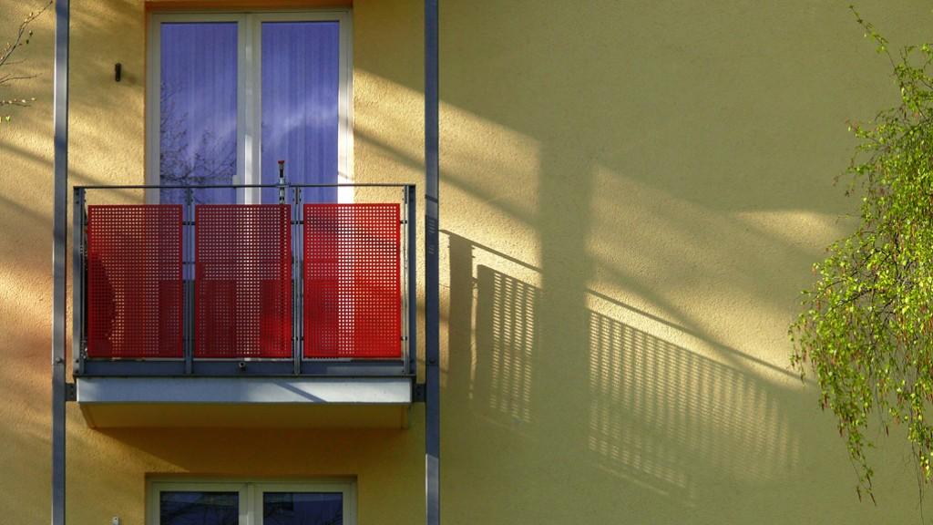 Balkonmit roter Verblendung