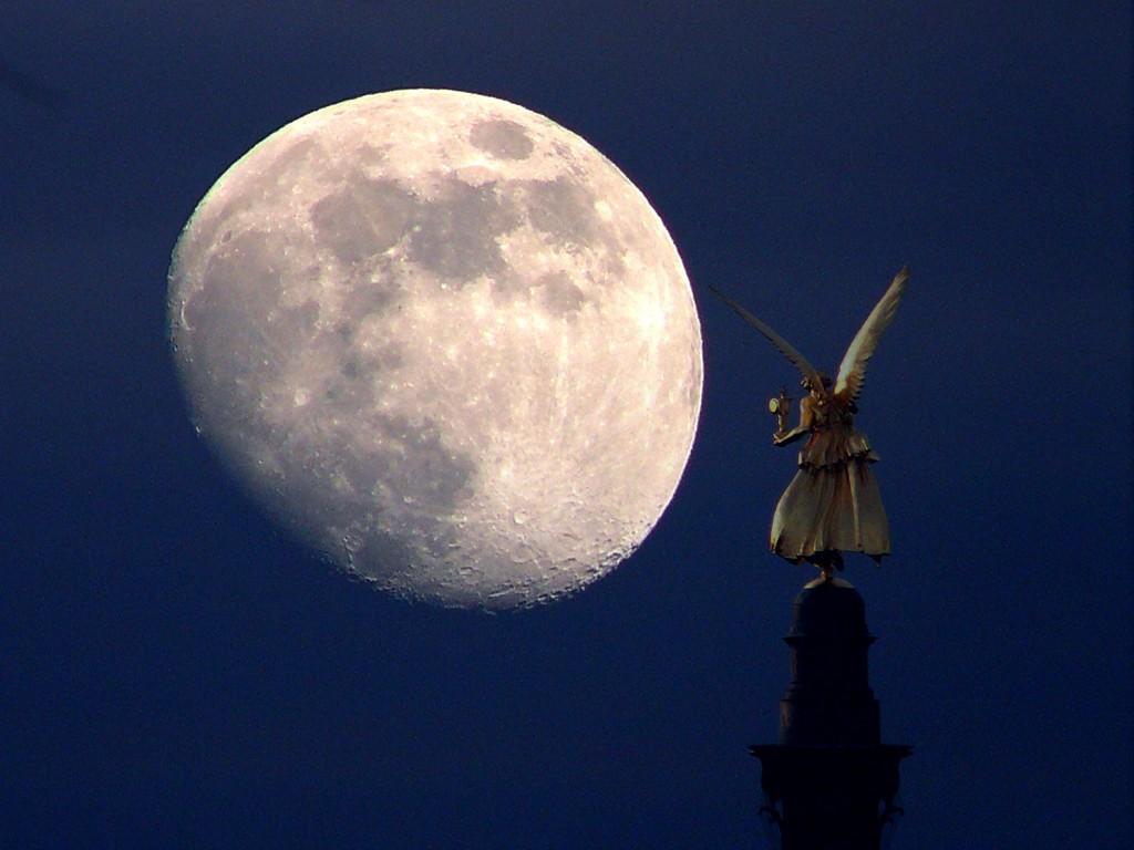 Friedensengel vor Mond